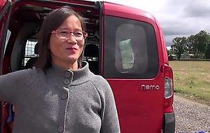 Mummy asiatique enculée à l'_arrière de benumbed camionette [Full Video]